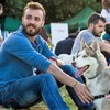 Adrián: Educación, Alojamiento y Paseo Canino