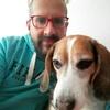 Pedro: Paseador de perros  felices.